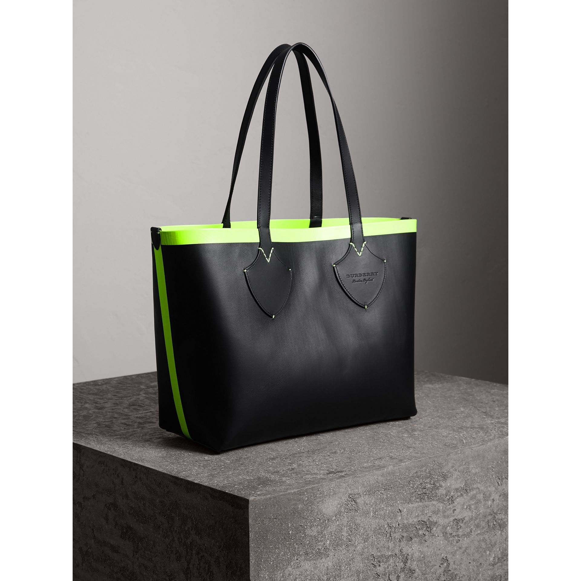 The Medium Giant Reversible Tote in Canvas and Leather in Black/neon Yellow | Burberry United States - gallery image 6
