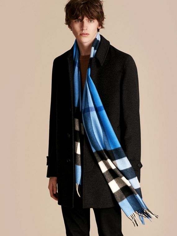 The Large Classic Cashmere Scarf in Check in Bright Cornflower Blue - cell image 3