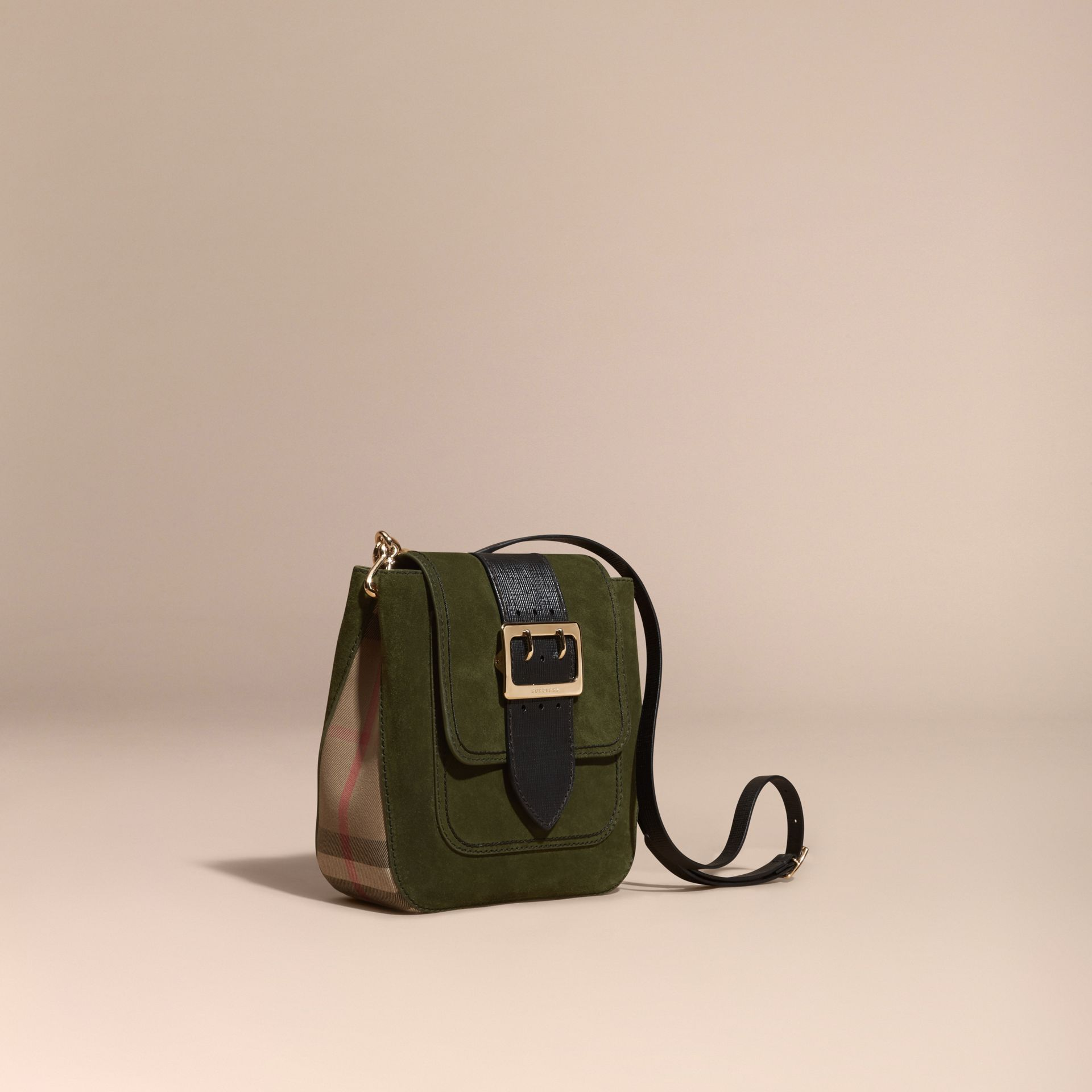 Verde militare Borsa The Buckle media quadrata in pelle scamosciata inglese e motivo House check - immagine della galleria 1