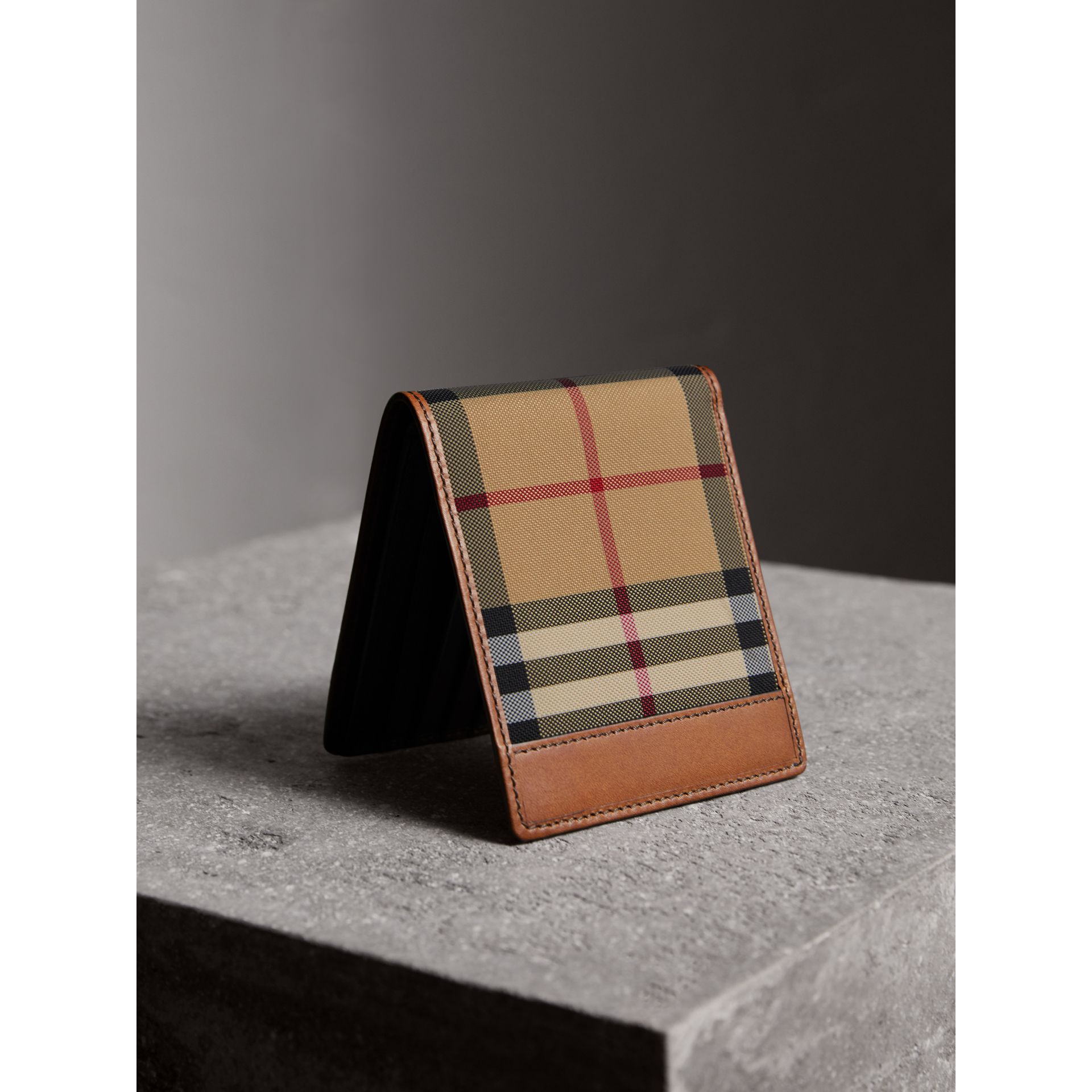 Portefeuille à rabat multidevise avec motif Horseferry check (Hâle) - Homme | Burberry - photo de la galerie 3