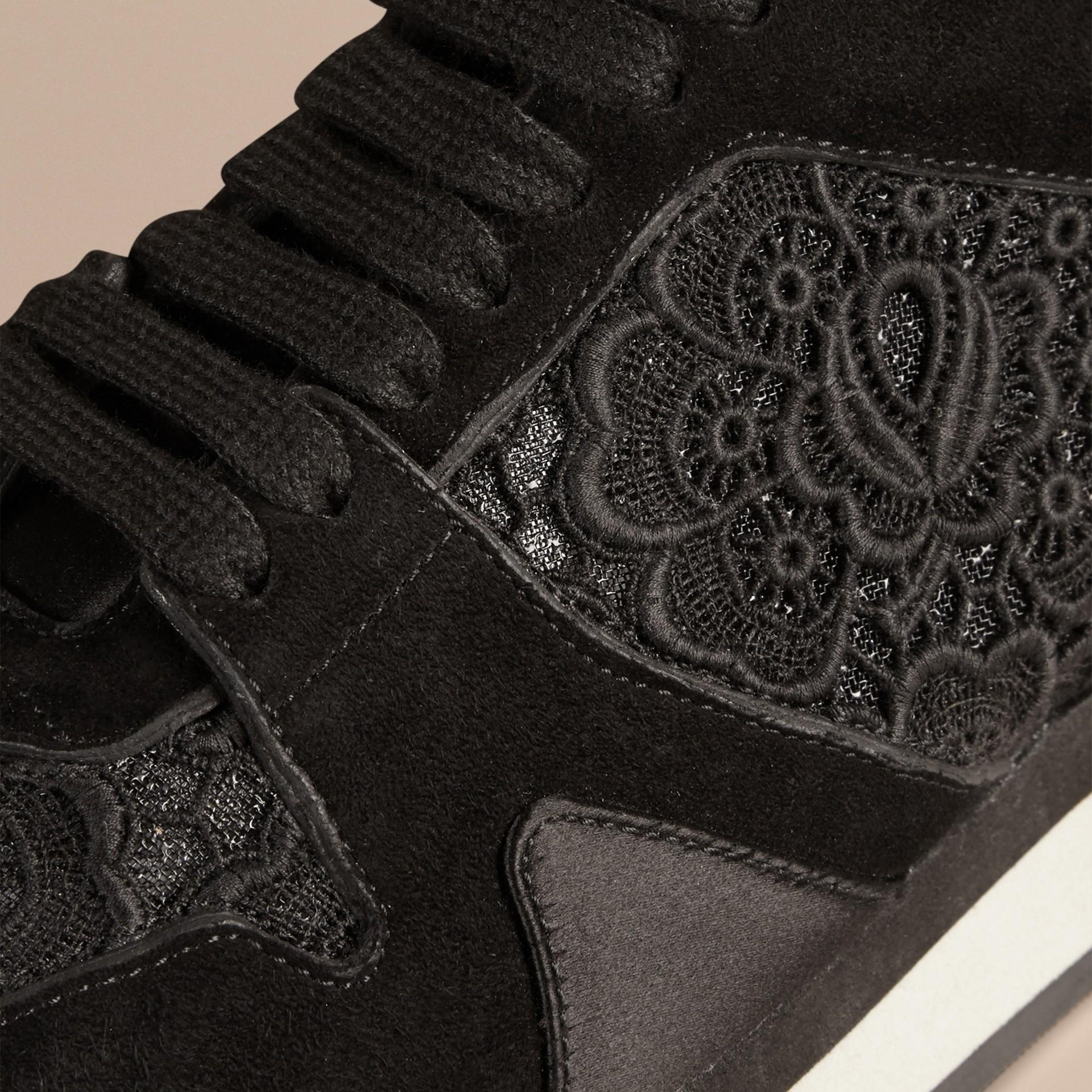 黑色 The Field 蕾絲與麂皮野地運動鞋 - 圖庫照片 2