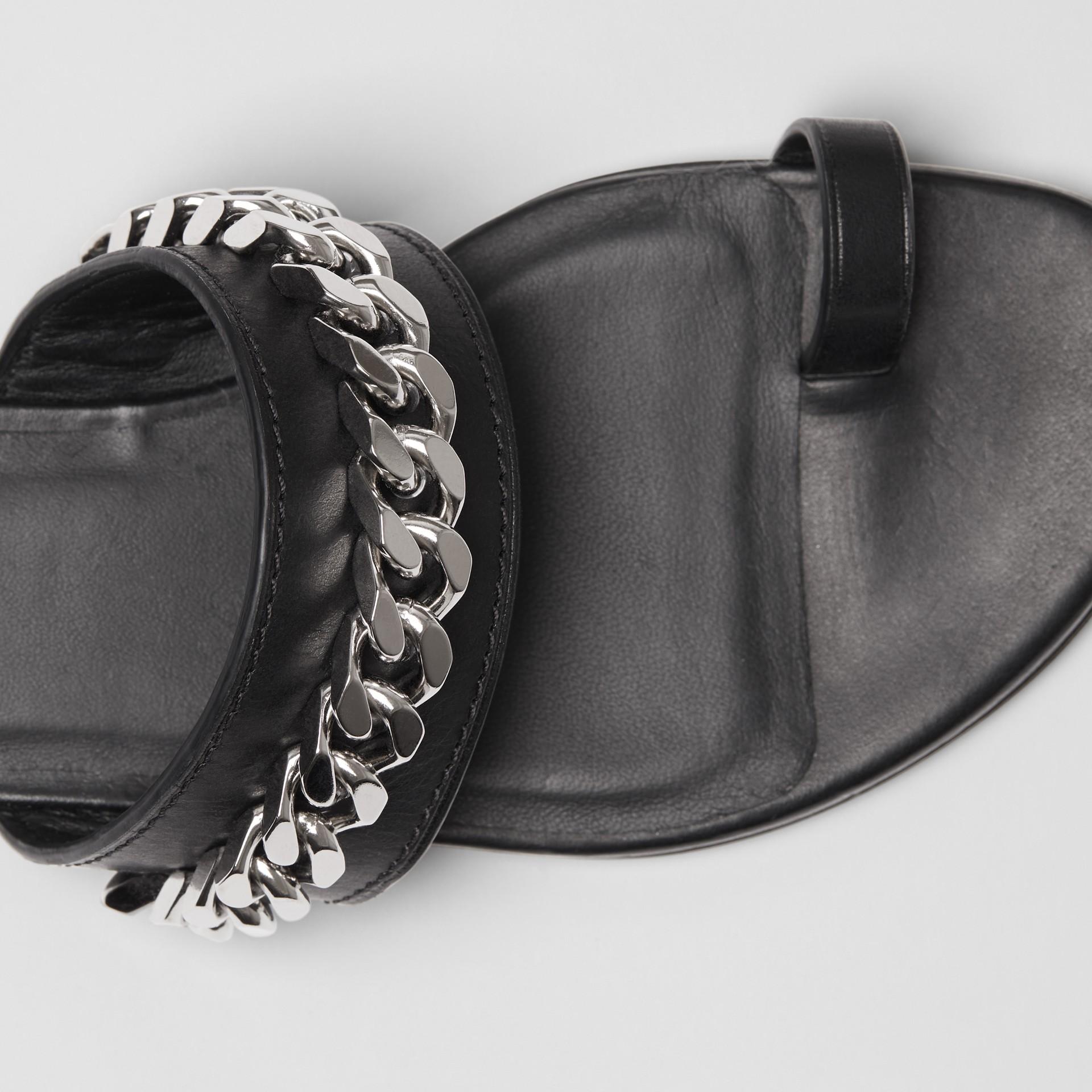 鍊飾細節設計皮革涼鞋 (黑色) - 女款 | Burberry - 圖庫照片 1