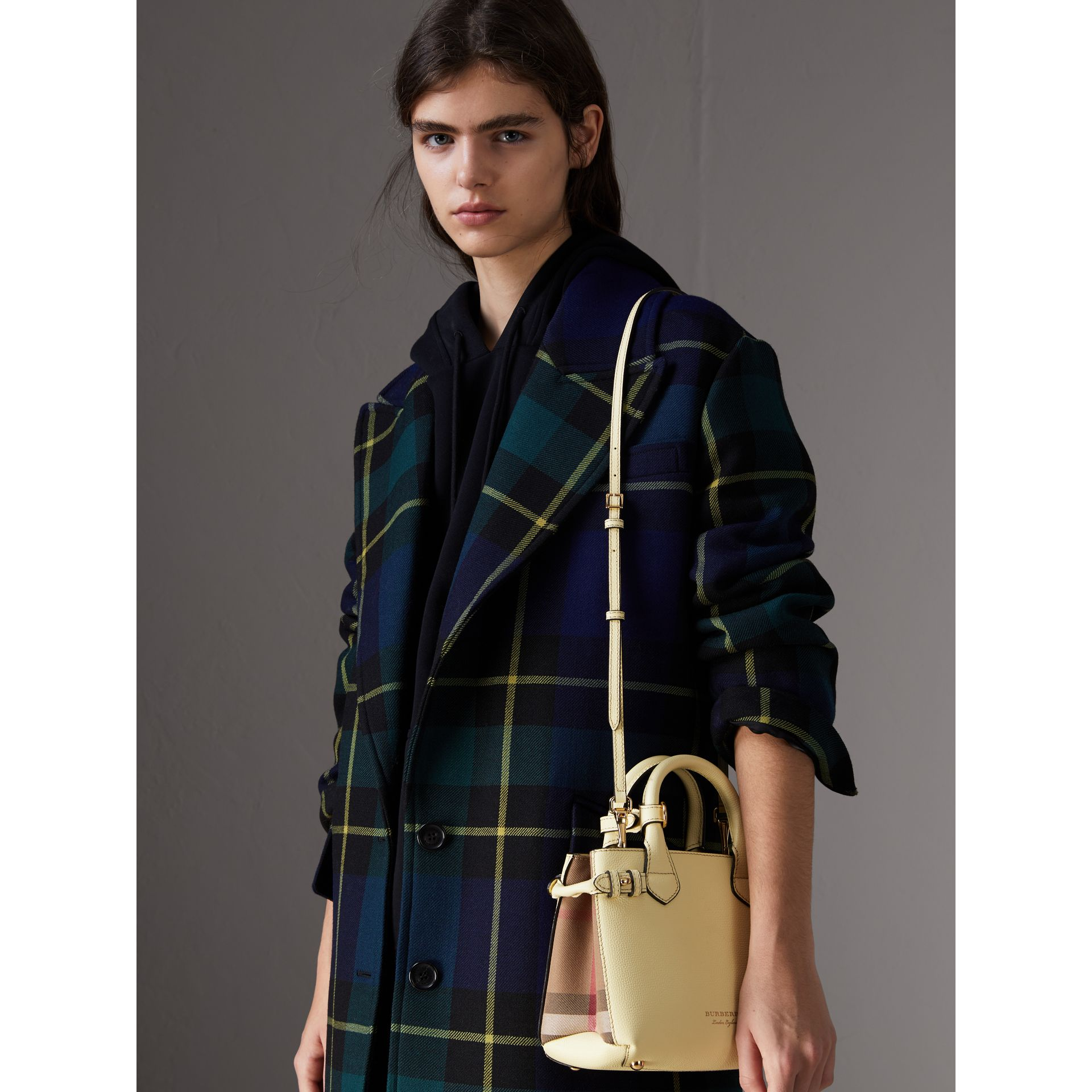 Borsa The Baby Banner in pelle con motivo House check (Giallo Camomilla) - Donna | Burberry - immagine della galleria 3