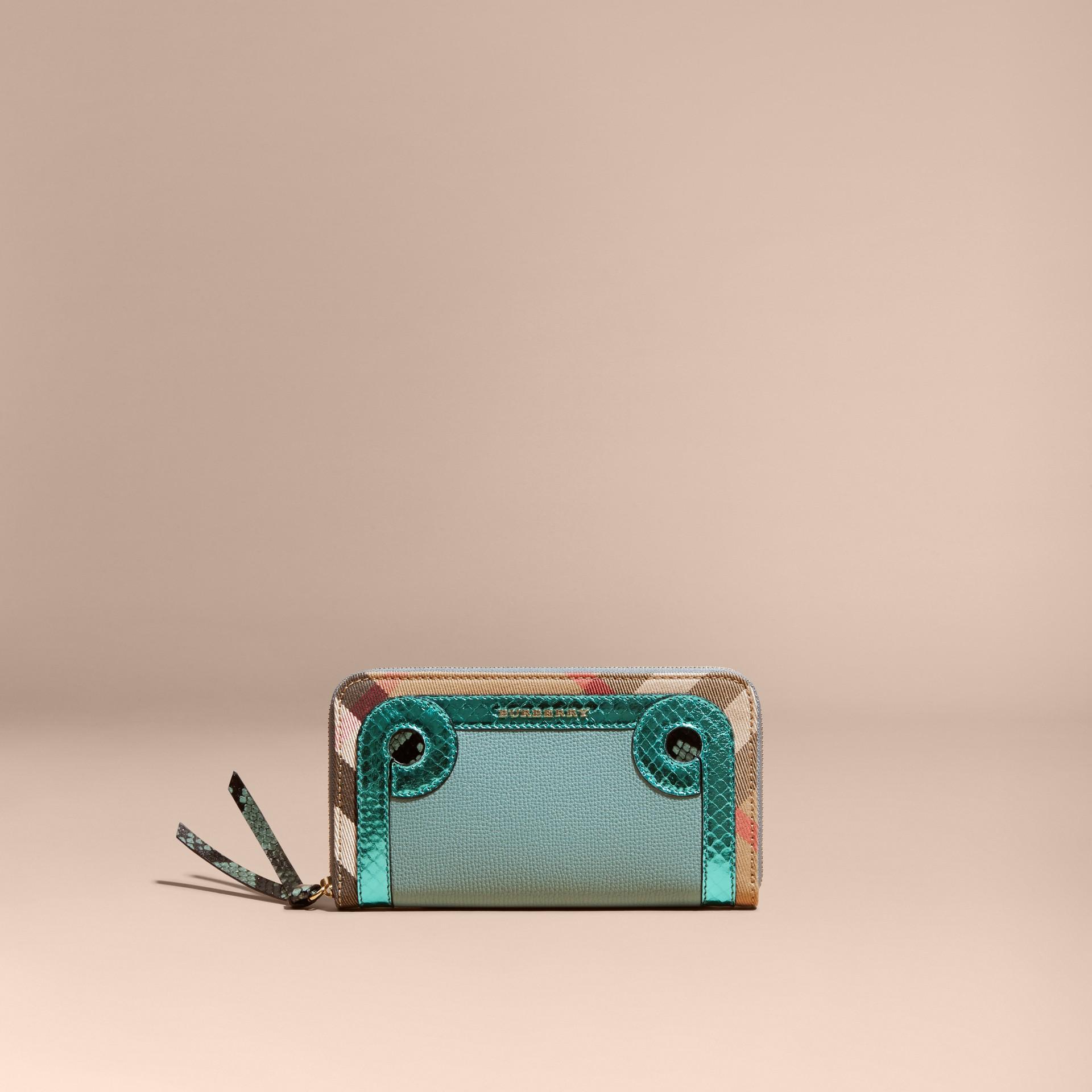 Azul celadón Cartera con cremallera perimetral en piel de serpiente y House Checks Azul Celadón - imagen de la galería 6