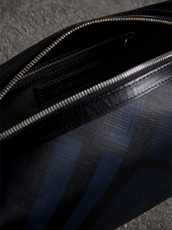 Сумка-кошелек из кожи с отделкой в клетку London Check (Темно-синий / Черный) - Для мужчин | Burberry - cell image 3