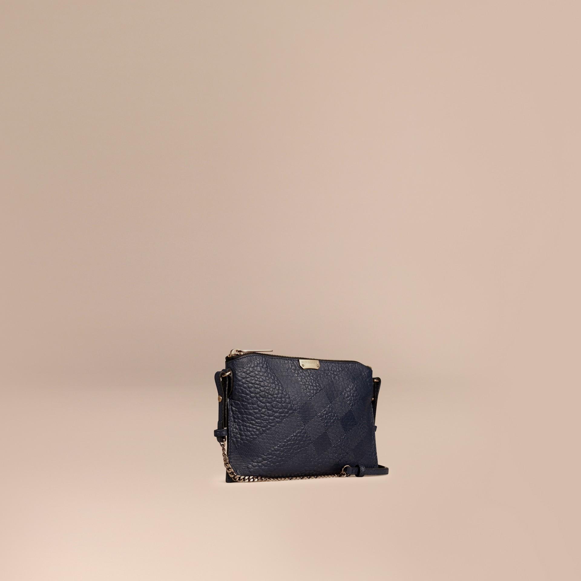 Blu carbonio Pochette in pelle con motivo check in rilievo Blu Carbonio - immagine della galleria 1