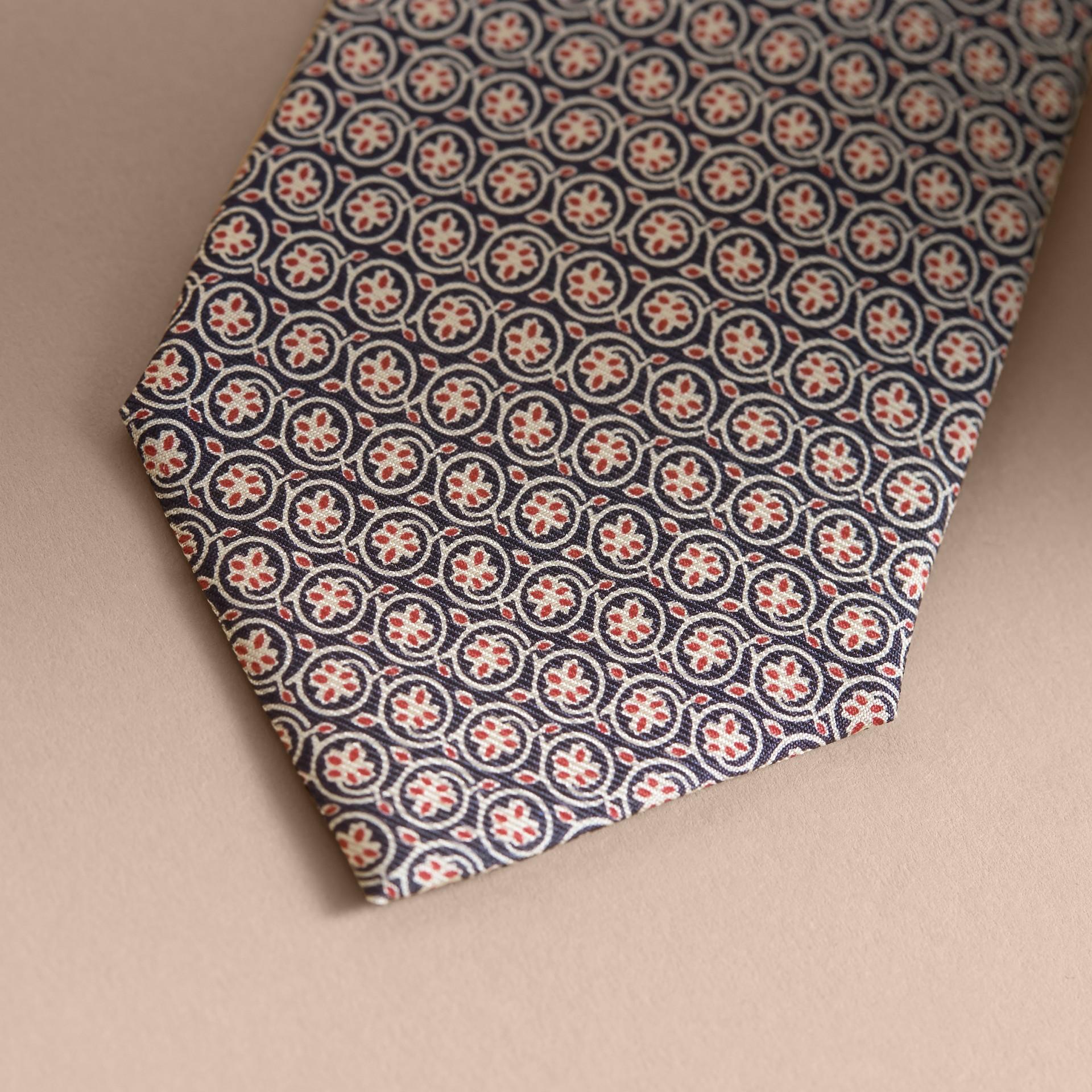 Modern geschnittene Seidenkrawatte mit floralem Druck (Rosenrosa) - Galerie-Bild 2