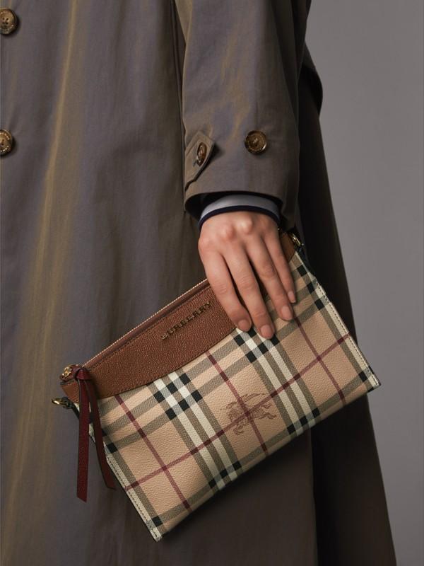 Bolsa clutch com estampa Haymarket Check e couro em dois tons (Toffee Intenso/multicolorido) - Mulheres | Burberry - cell image 3