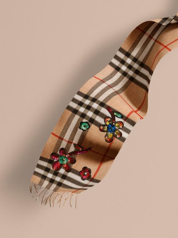 L'écharpe classique en cachemire check avec sequins à motif floral