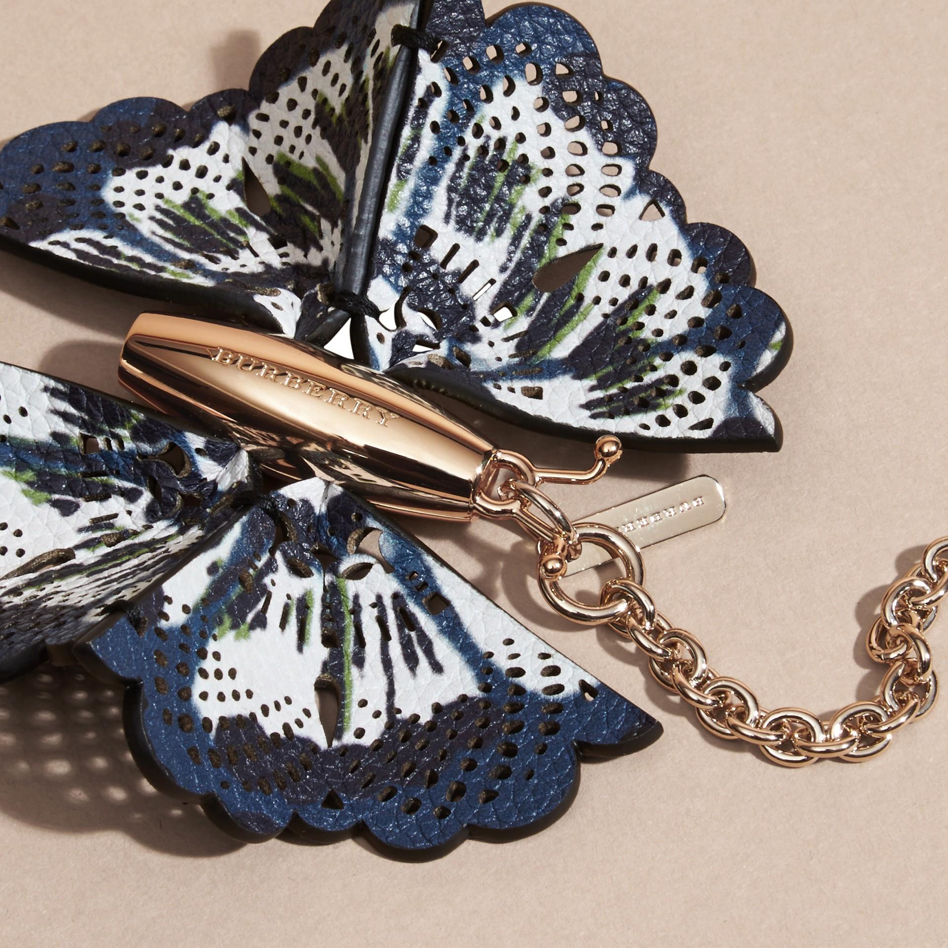 Blu ceruleo intenso/navy brillante Ciondolo a forma di farfalla con pelle stampata tipo tintura a riserva Blu Ceruleo Intenso/navy Brillante - immagine della galleria 2