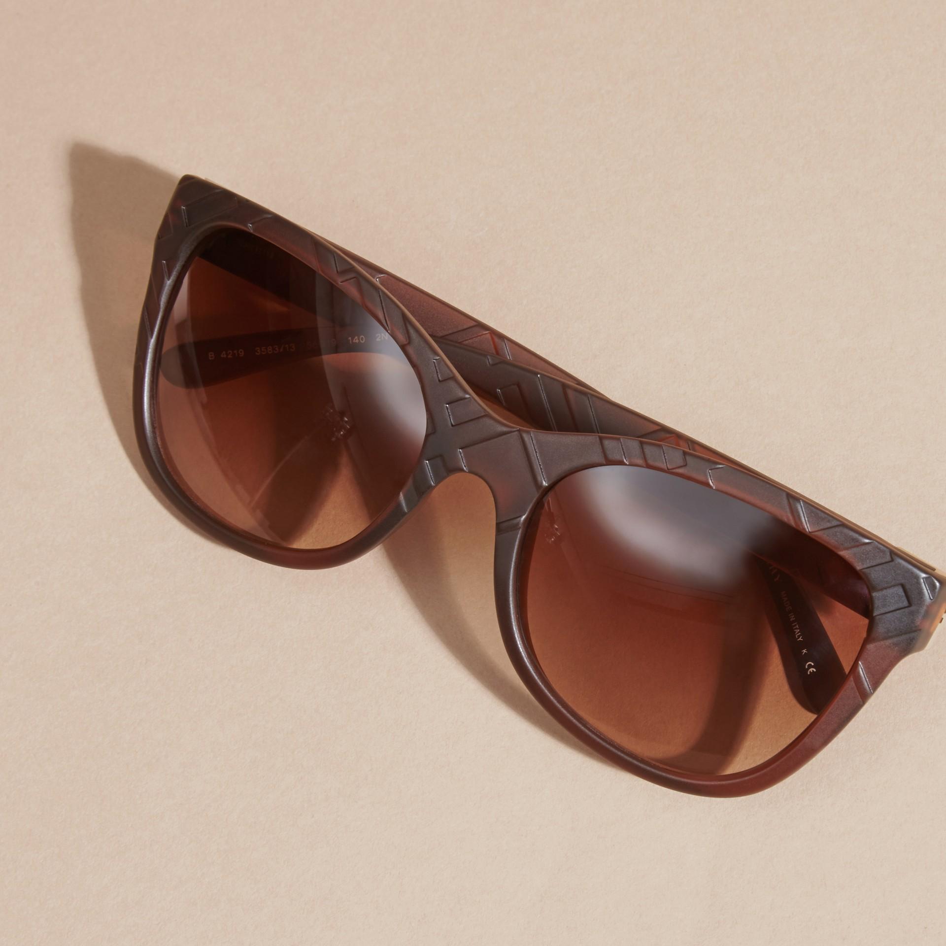 Braun Sonnenbrille mit eckigem Gestell und Check-Detail in 3D Braun - Galerie-Bild 5