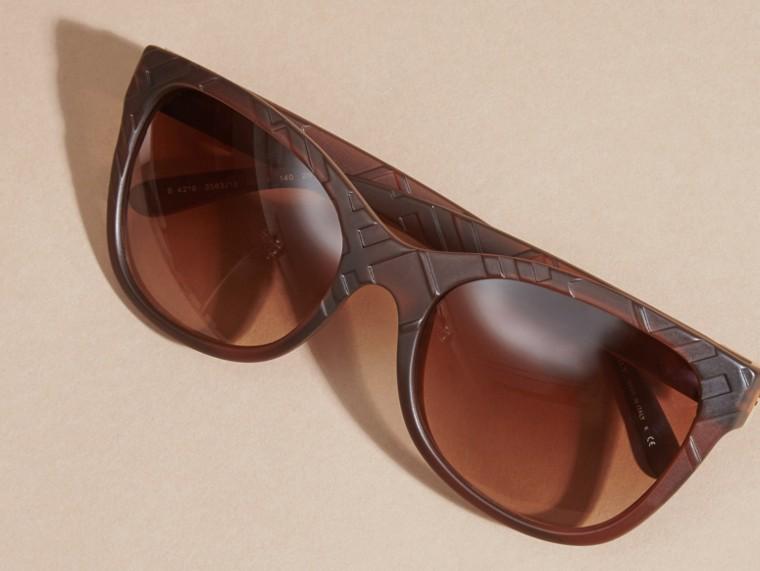 Braun Sonnenbrille mit eckigem Gestell und Check-Detail in 3D Braun - cell image 4