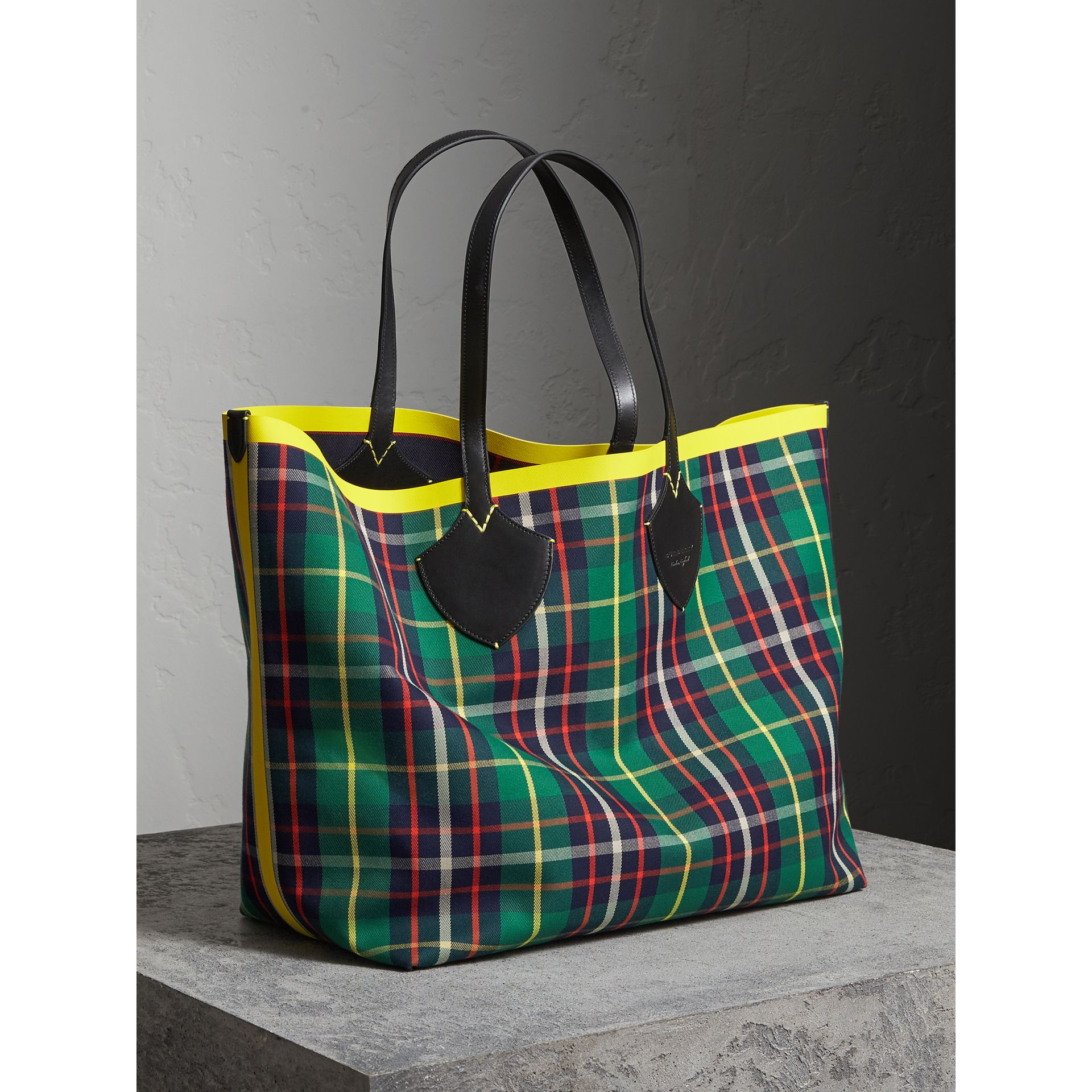 The Giant Reversible Tote in Tartan Cotton in Forest Green/deep Navy | Burberry - gallery image 5