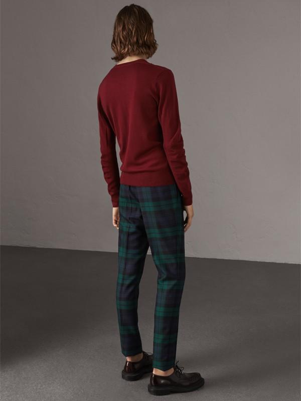 Suéter de lã Merino com decote em V e detalhe xadrez (Vermelho Borgonha) - Homens | Burberry - cell image 2
