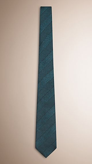 Cravatta dal taglio moderno in jacquard di seta a righe