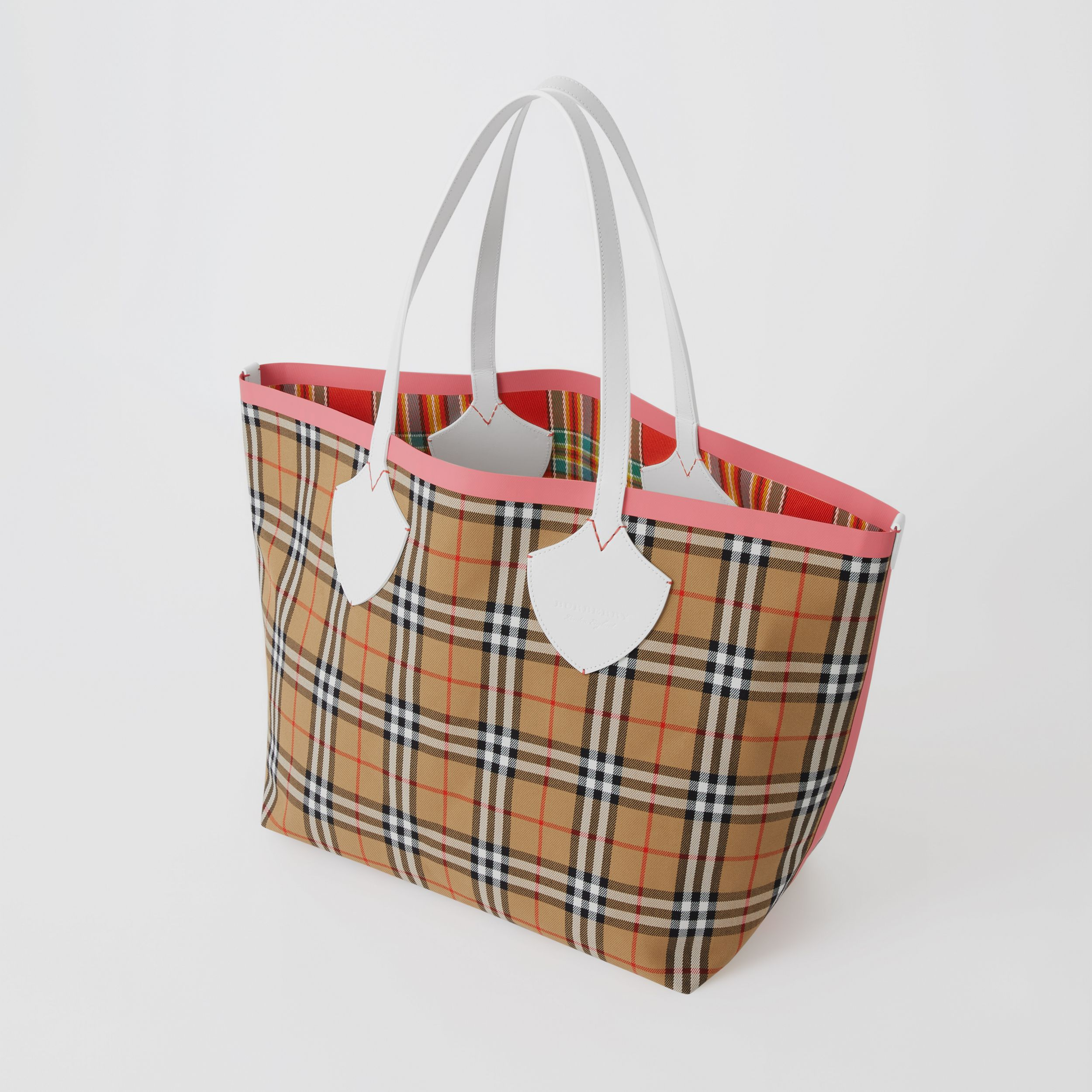 The Giant Reversible Tote in Vintage Check in Chalk White/bright Coral Pink - Women | Burberry - 3