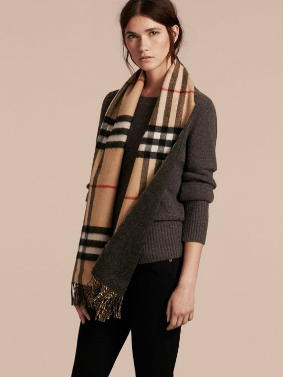 Reversible Check Cashmere and Block-colour Scarf in Camel/charcoal - cell image 2