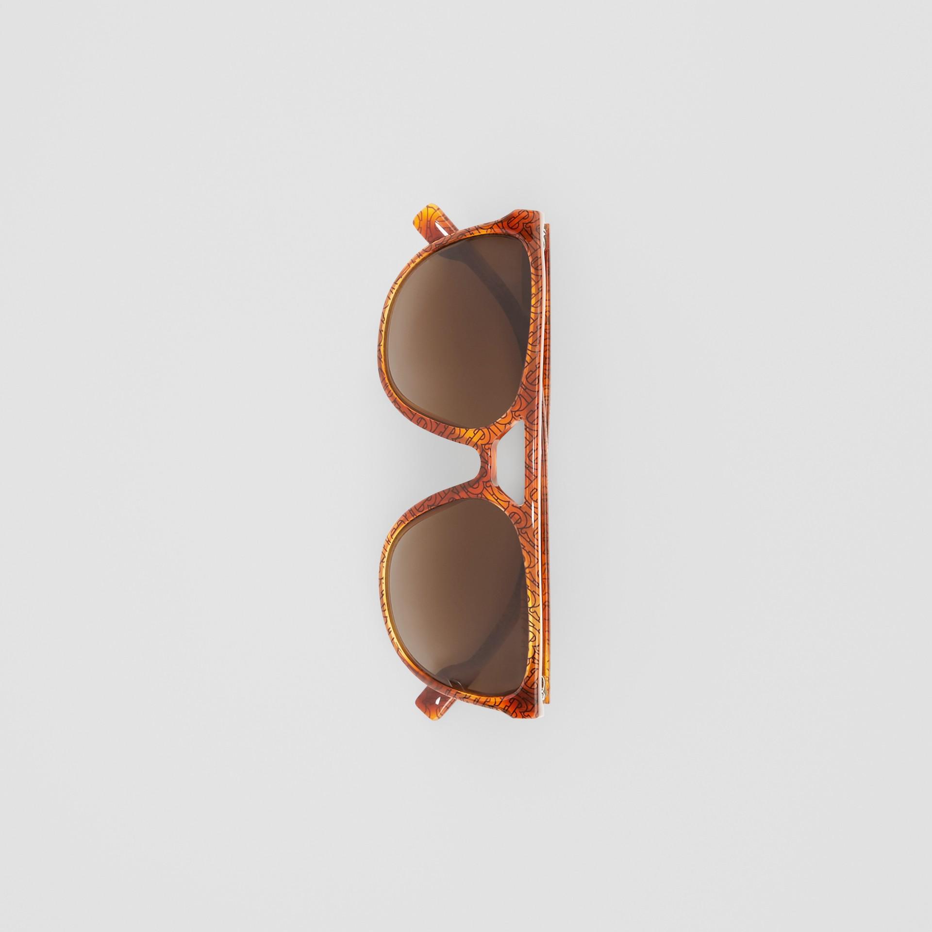 領航員太陽眼鏡 (玳瑁紋琥珀色) - 男款 | Burberry - 圖庫照片 3