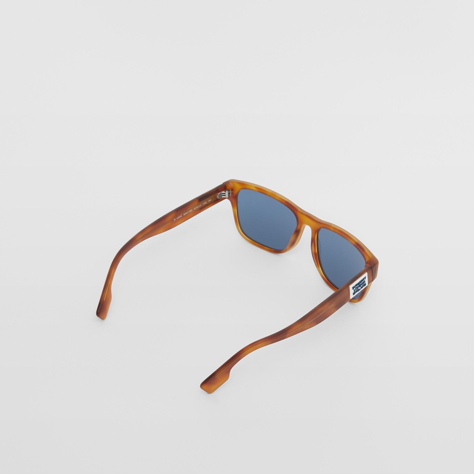 Óculos de sol com armação quadrada e logotipo (Âmbar  Efeito Casco  Tartaruga) - Homens | Burberry - galeria de imagens 3