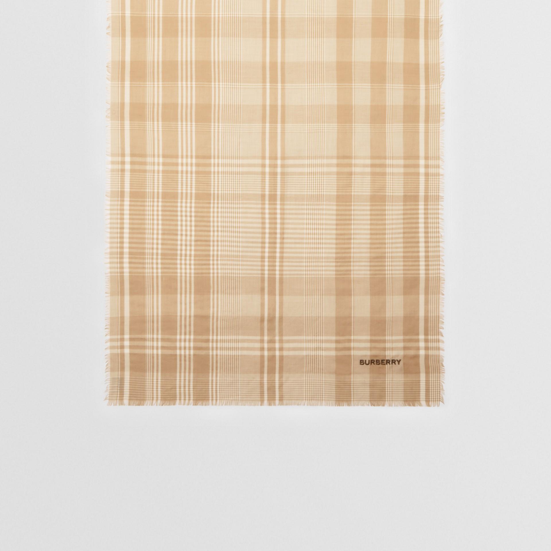 ロゴエンブロイダリー ライトウェイト チェック カシミアスカーフ (アーカイブベージュ/ホワイト) | バーバリー - ギャラリーイメージ 4