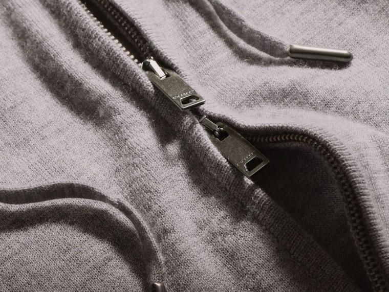 Camaïeu de gris moyens Haut à capuche en cachemire - cell image 1