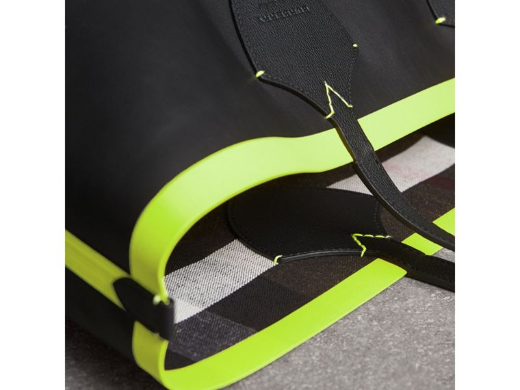 The Giant Reversible Tote in Canvas Check and Leather in Black/neon Yellow | Burberry - cell image 1
