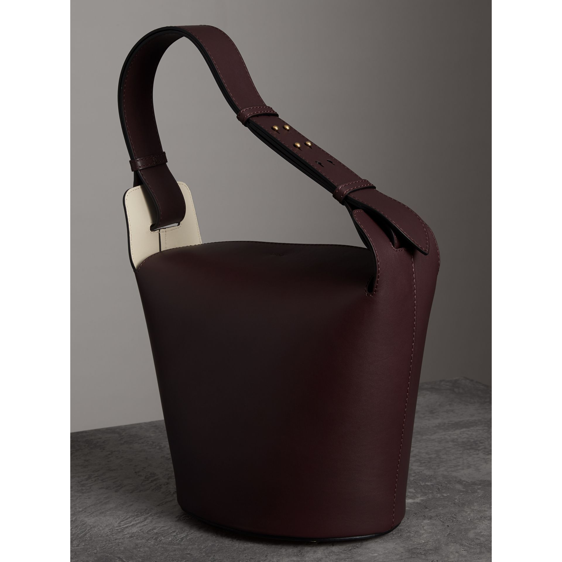 Sac The Bucket moyen en cuir (Bordeaux Intense) - Femme | Burberry Canada - photo de la galerie 4