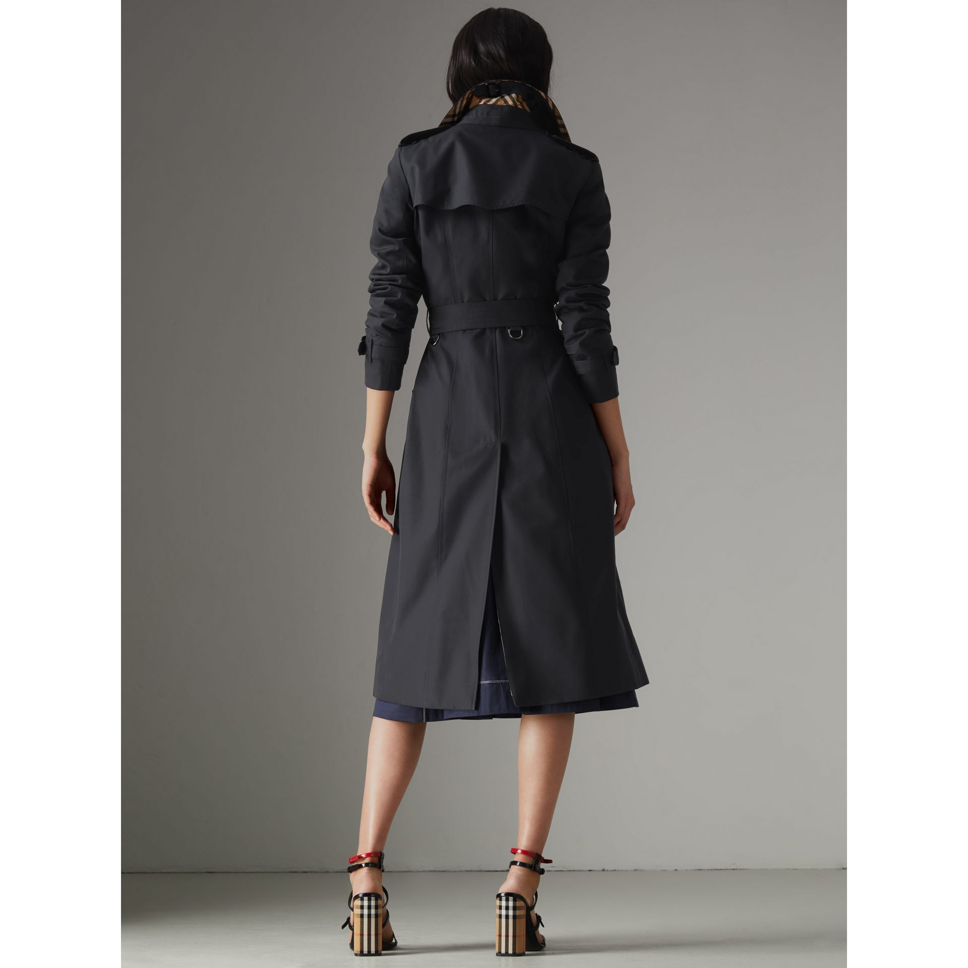 The Long Chelsea Heritage Trench Coat in Midnight - Women | Burberry United Kingdom - gallery image 2