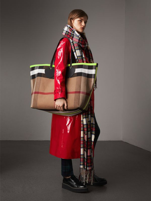 The Giant Reversible Tote in Canvas Check and Leather in Black/neon Yellow | Burberry - cell image 2