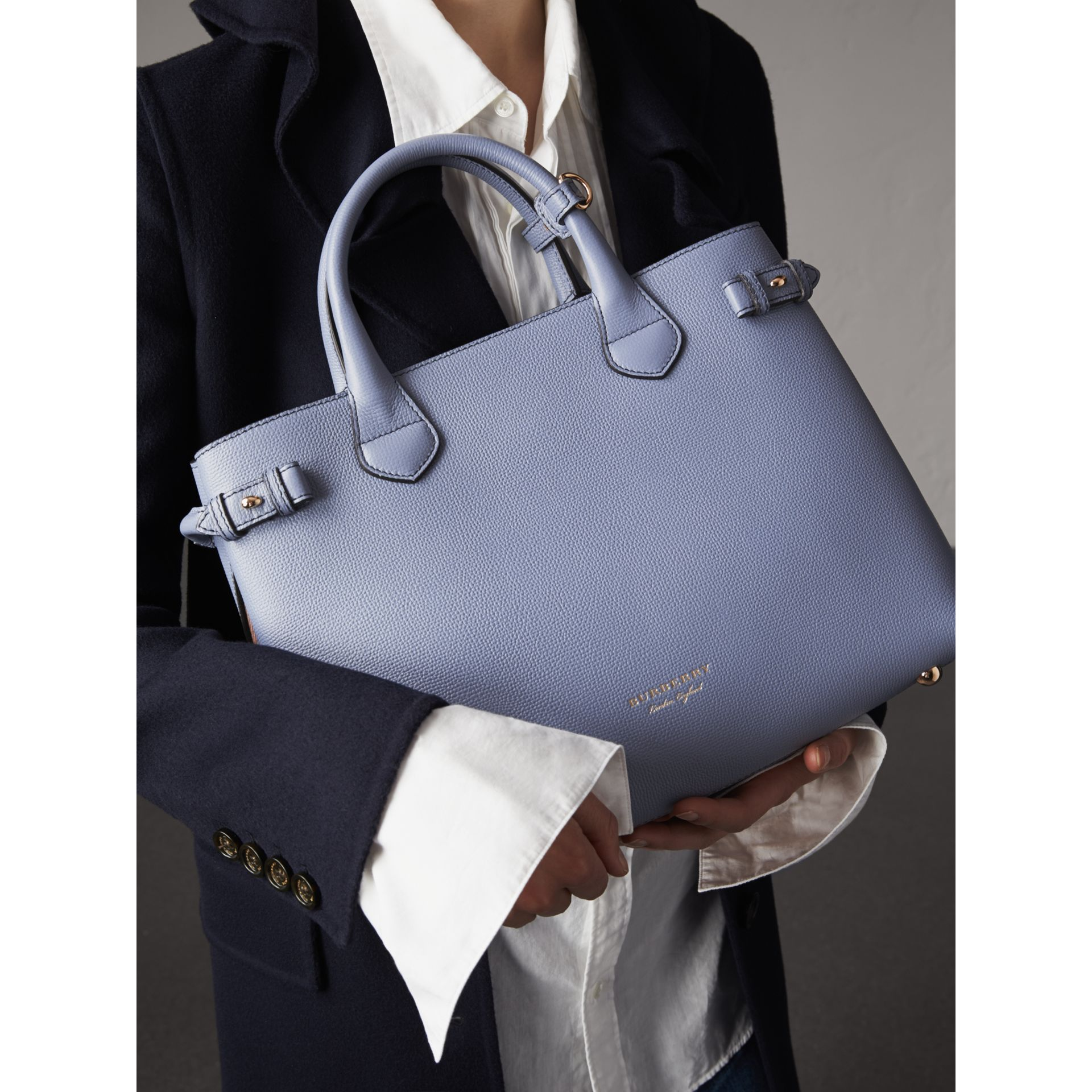 Sac The Banner medium en cuir et coton House check (Bleu Ardoise) - Femme | Burberry - photo de la galerie 4