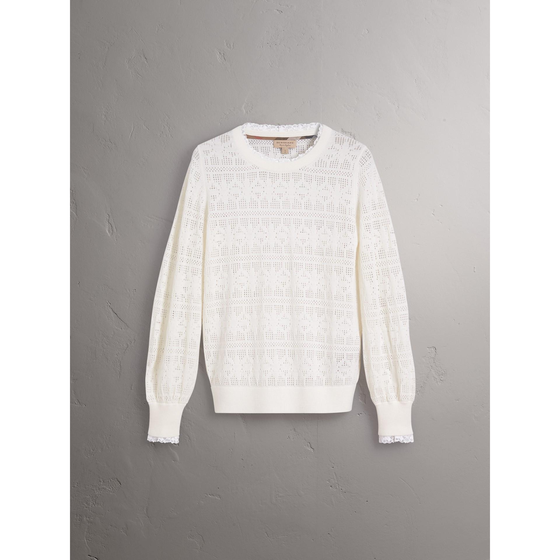 Suéter de lã e cashmere com detalhes em renda e pointelle (Branco Natural) - Mulheres | Burberry - galeria de imagens 4