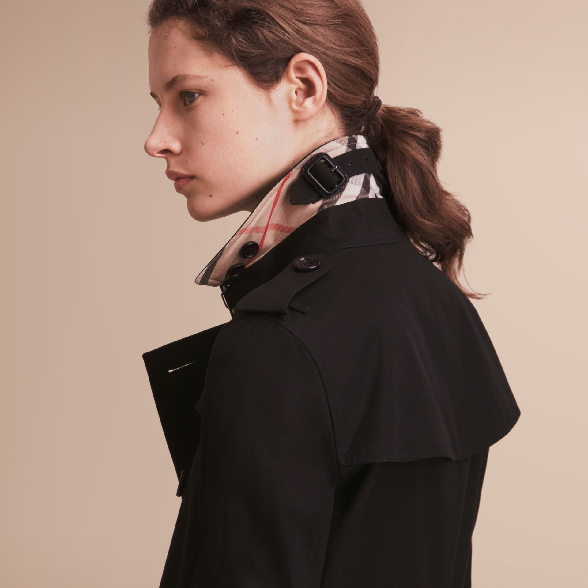 The Kensington – Short Heritage Trench Coat in Black - Women | Burberry Hong Kong - gallery image 5