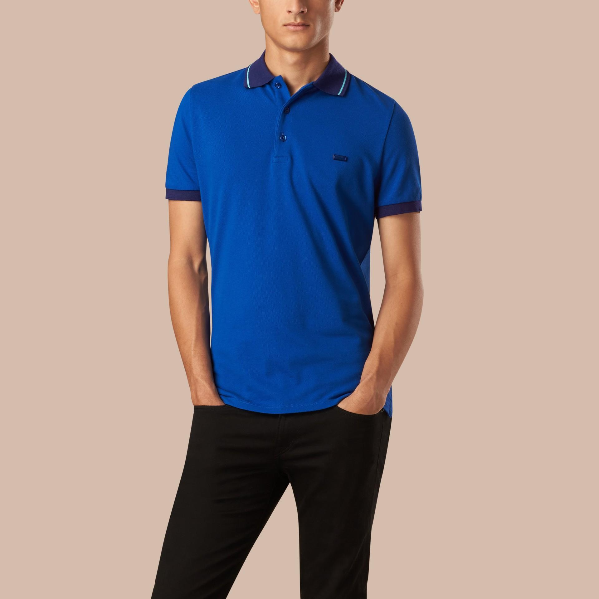 Kobaltblau/helles peridotblau Poloshirt aus Baumwollpiqué mit Kontrastbesatz Kobaltblau/helles Peridotblau - Galerie-Bild 1