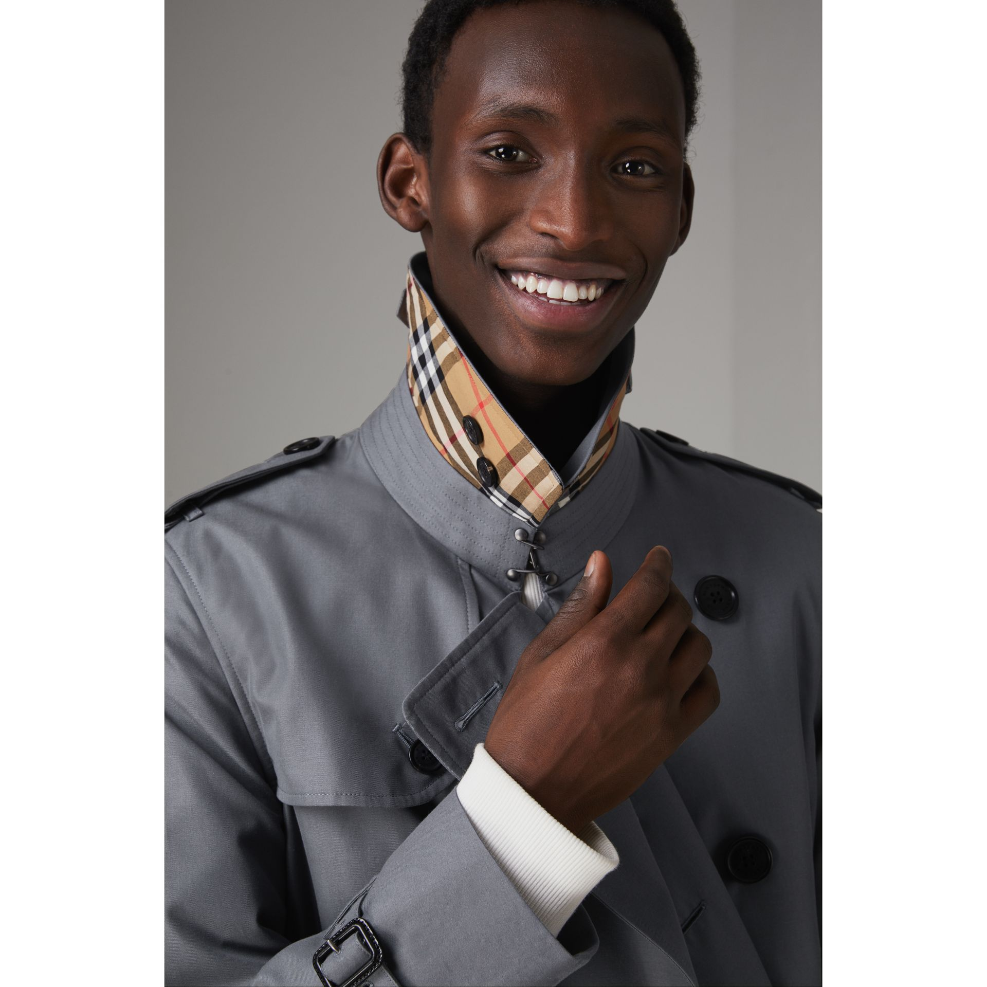 The Chelsea – Trench Heritage long (Gris Moyen) - Homme | Burberry - photo de la galerie 1