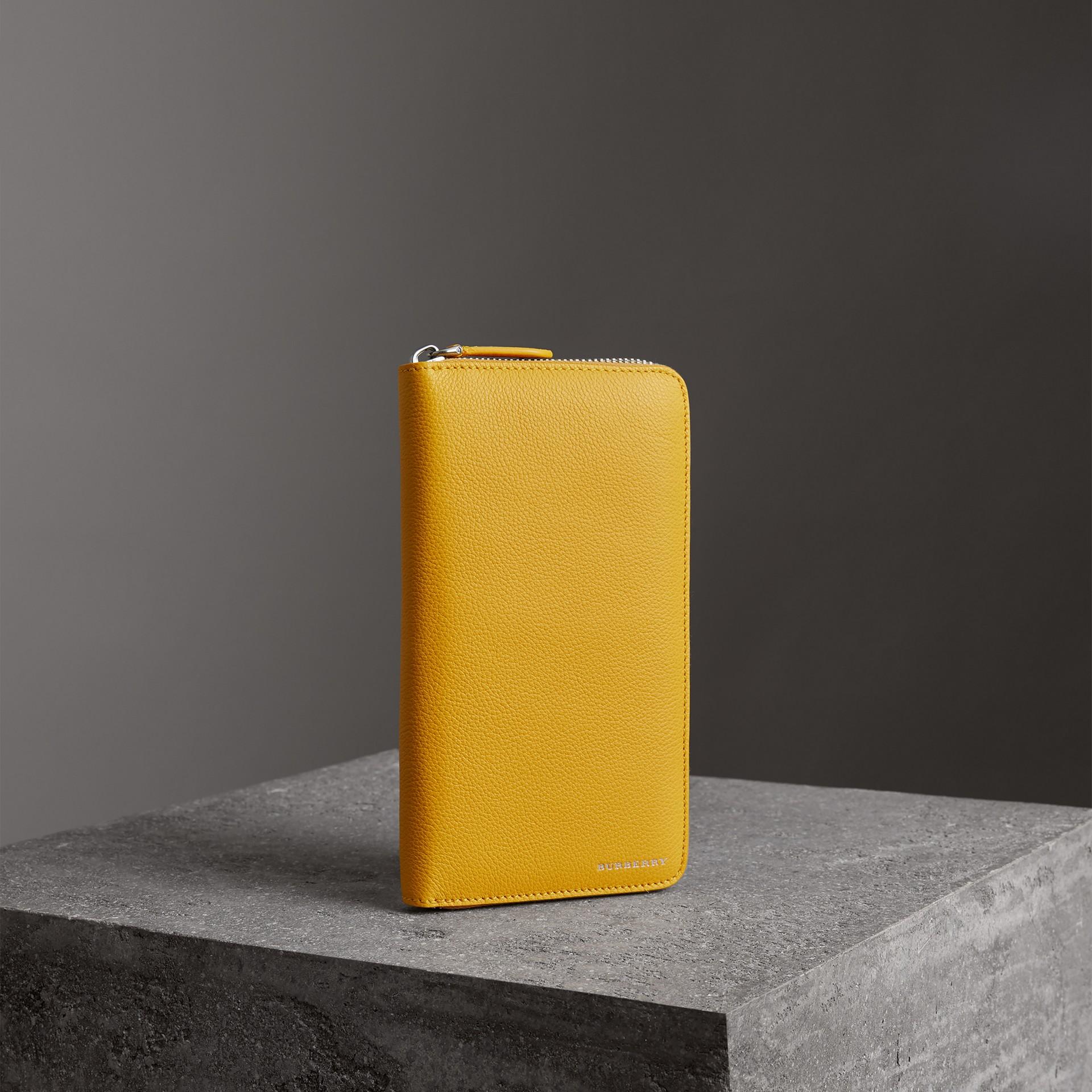 Бумажник из зернистой кожи с круговой застежкой-молнией (Ярко-желтая Охра) - Для мужчин | Burberry - изображение 0