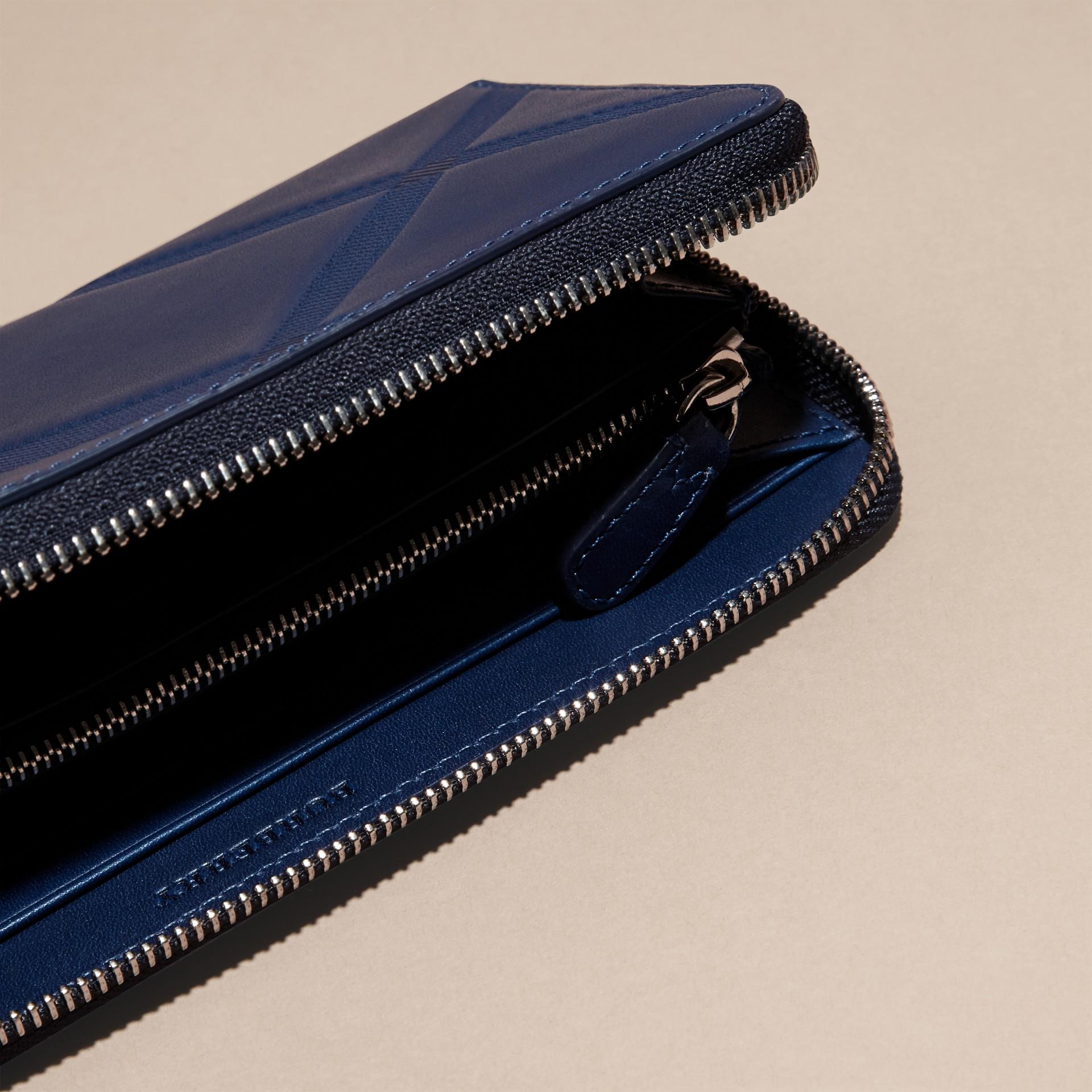 Blu lapislazzulo Portafoglio in pelle con motivo check in rilievo e cerniera su tre lati Blu Lapislazzulo - immagine della galleria 5