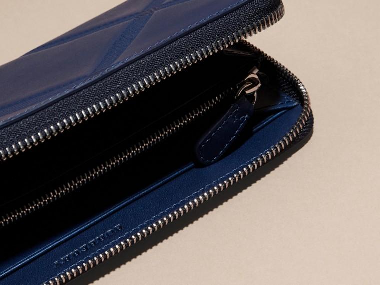 Blu lapislazzulo Portafoglio in pelle con motivo check in rilievo e cerniera su tre lati Blu Lapislazzulo - cell image 4