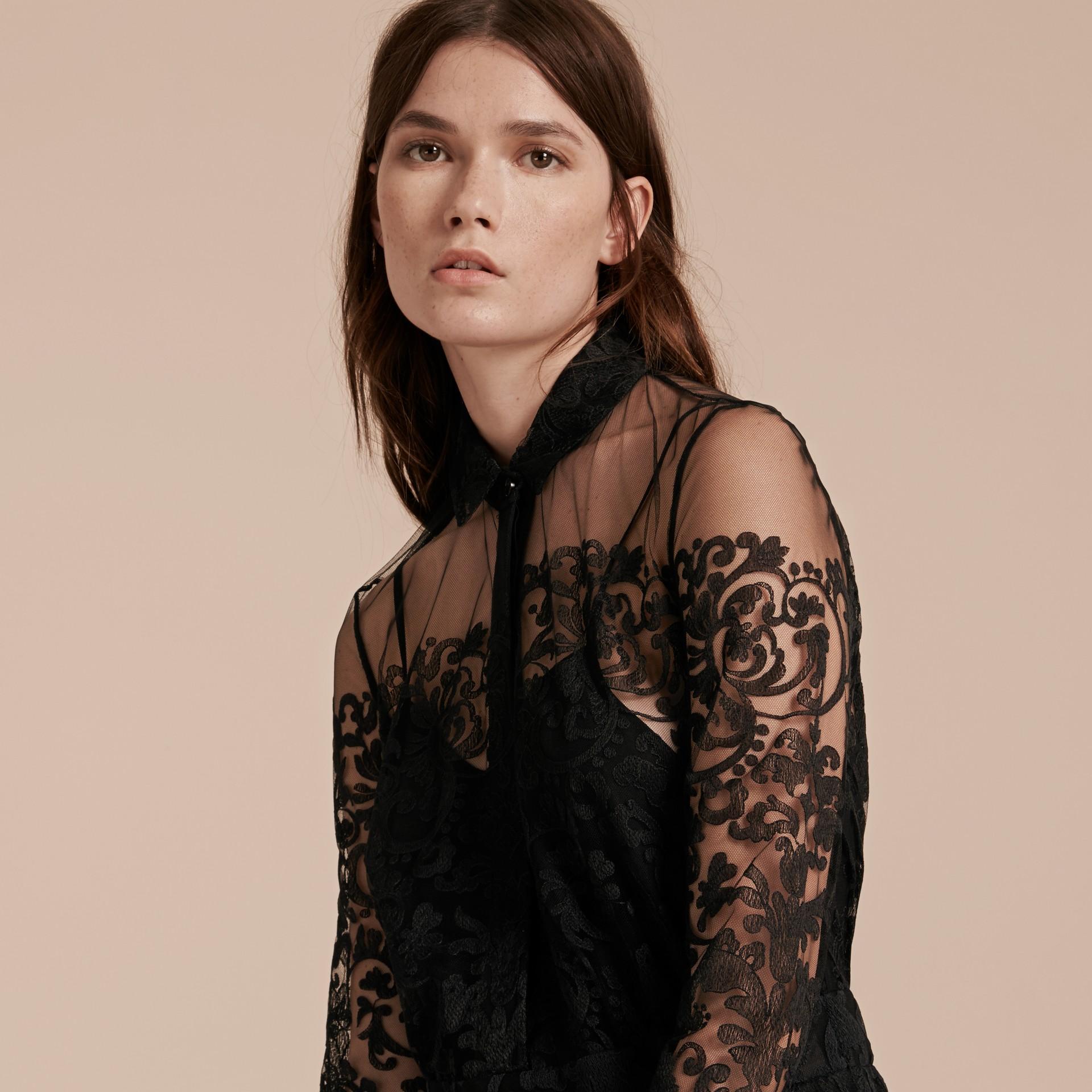 Noir Robe chemise en dentelle - photo de la galerie 5