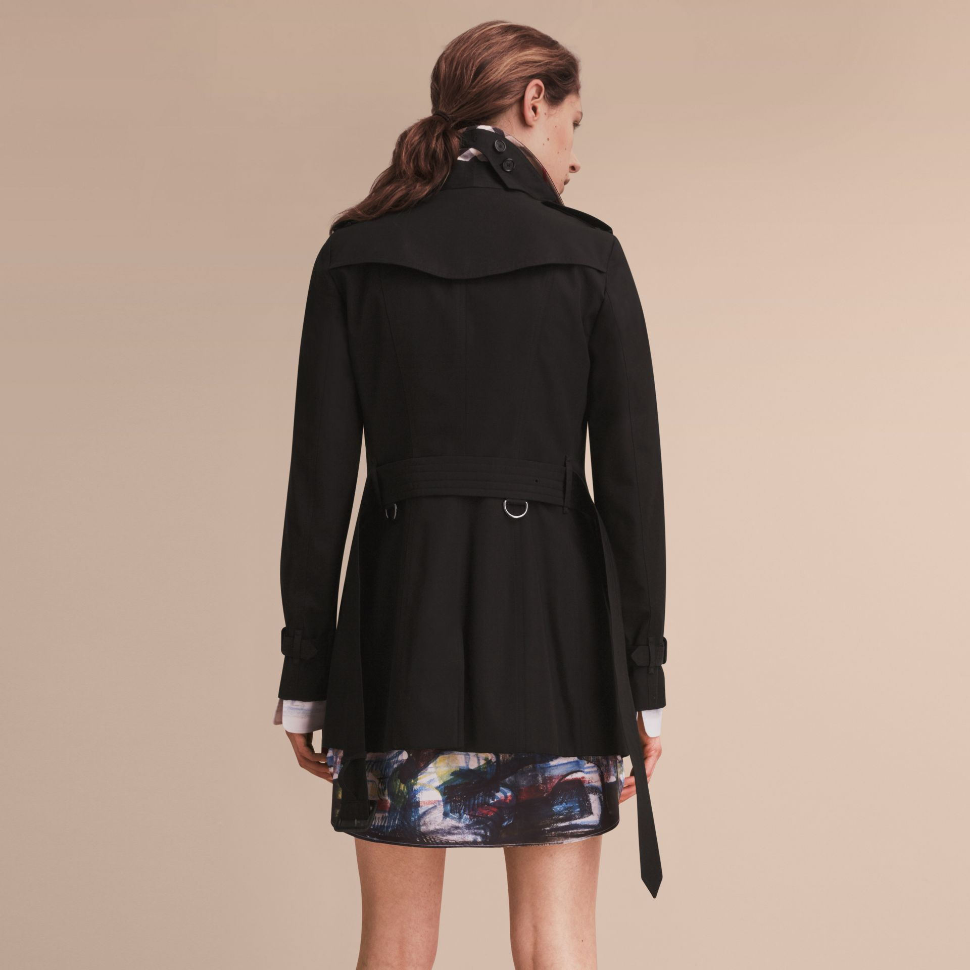 The Sandringham – Short Heritage Trench Coat in Black - Women | Burberry - gallery image 3