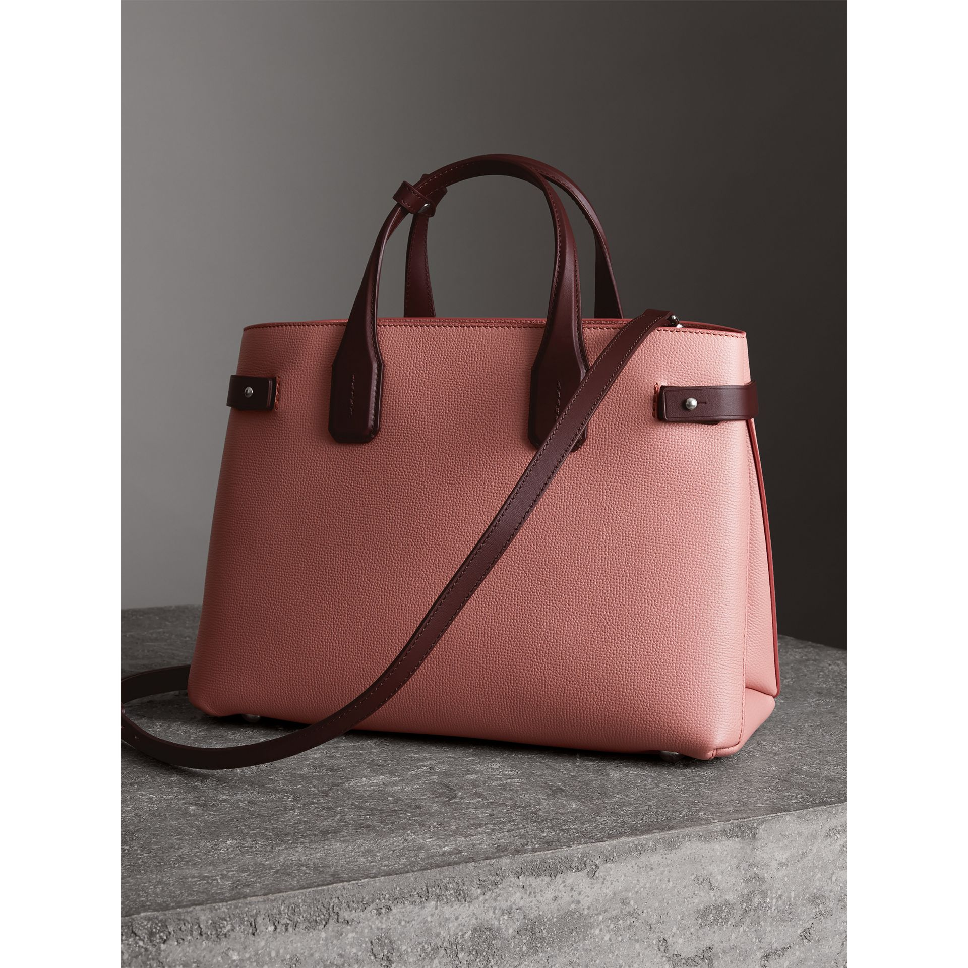 Sac The Banner moyen en cuir bicolore (Rose Cendré/bordeaux Intense) - Femme | Burberry - photo de la galerie 2