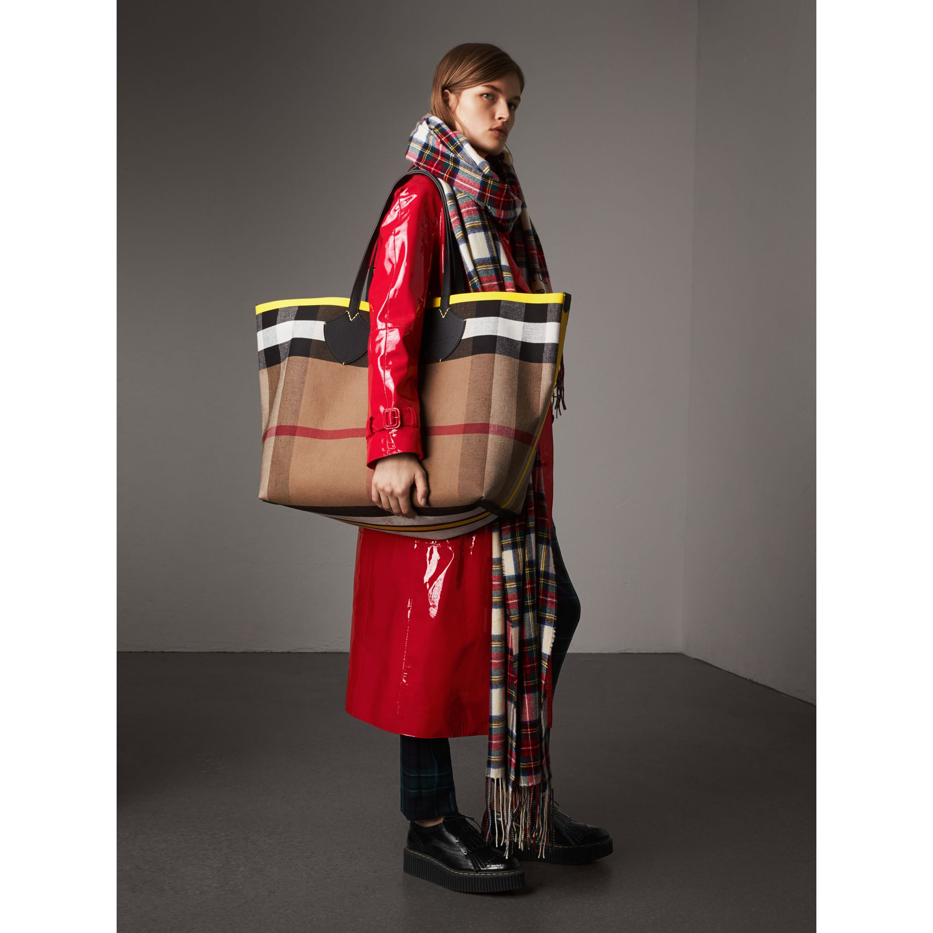 The Giant Reversible Tote in Canvas Check and Leather in Black/neon Yellow | Burberry - gallery image 2