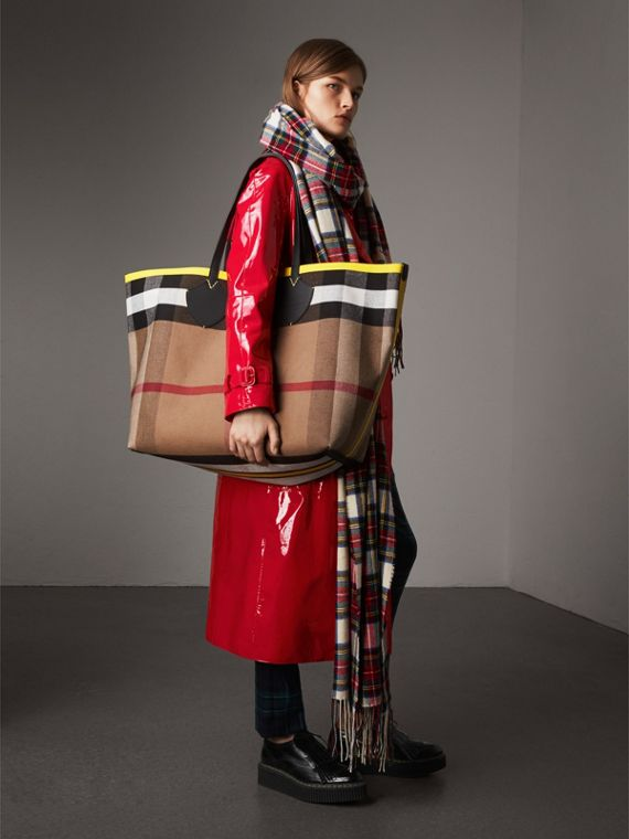 The Giant Reversible Tote in Canvas Check and Leather in Black/neon Yellow | Burberry United Kingdom - cell image 2