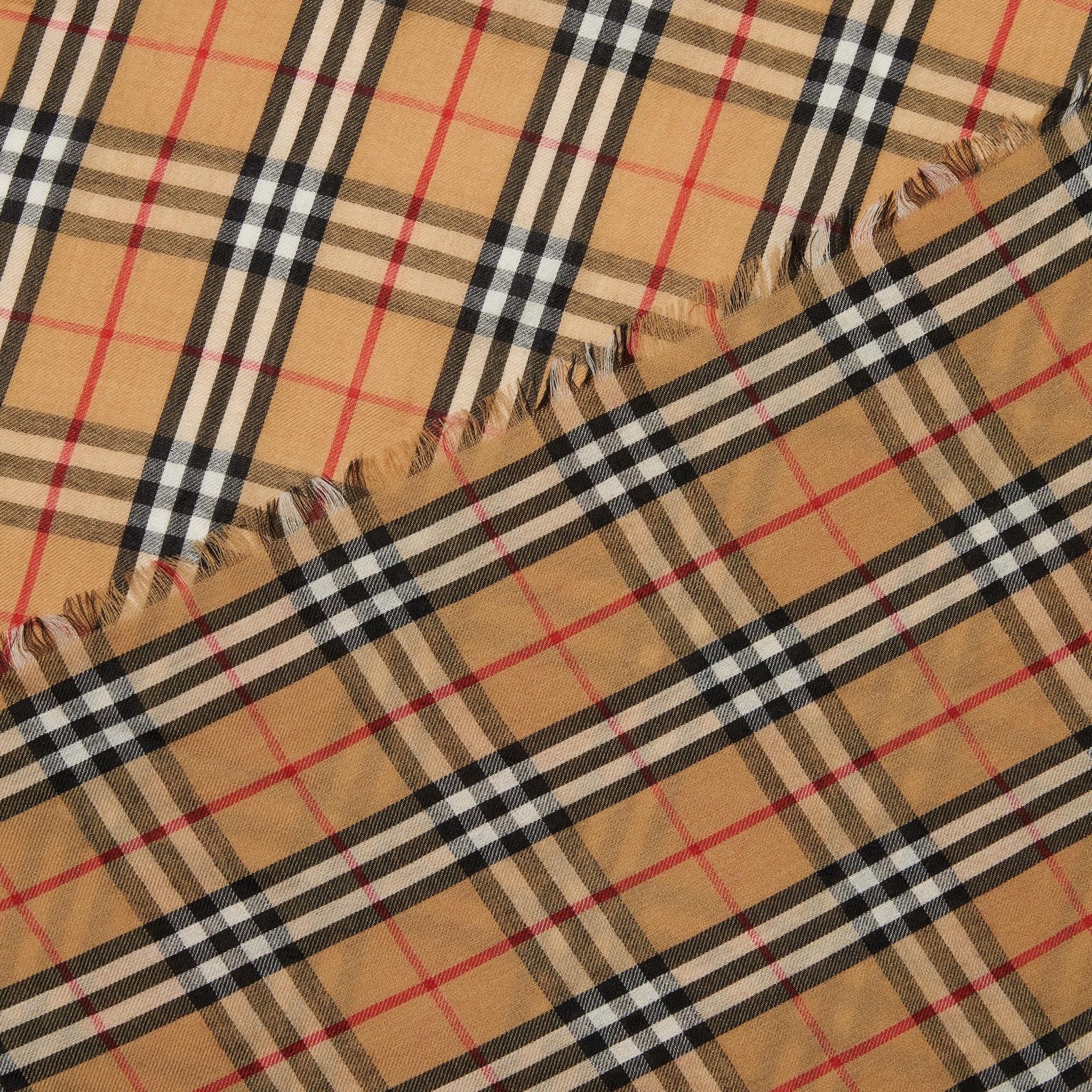 Écharpe légère en cachemire à motif Vintage check (Jaune Antique)   Burberry Canada - photo de la galerie 1