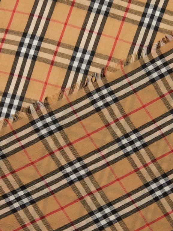 Écharpe légère en cachemire à motif Vintage check (Jaune Antique)   Burberry Canada - cell image 1