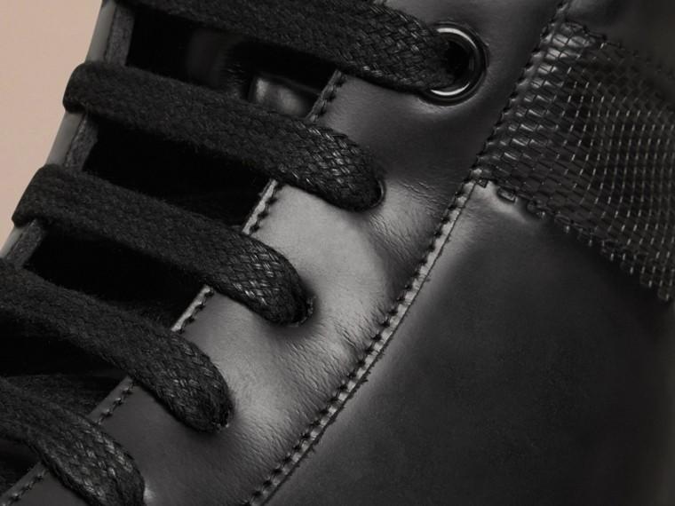 Schwarz Hoher Sportschuh aus Leder mit Check-Prägung - cell image 1