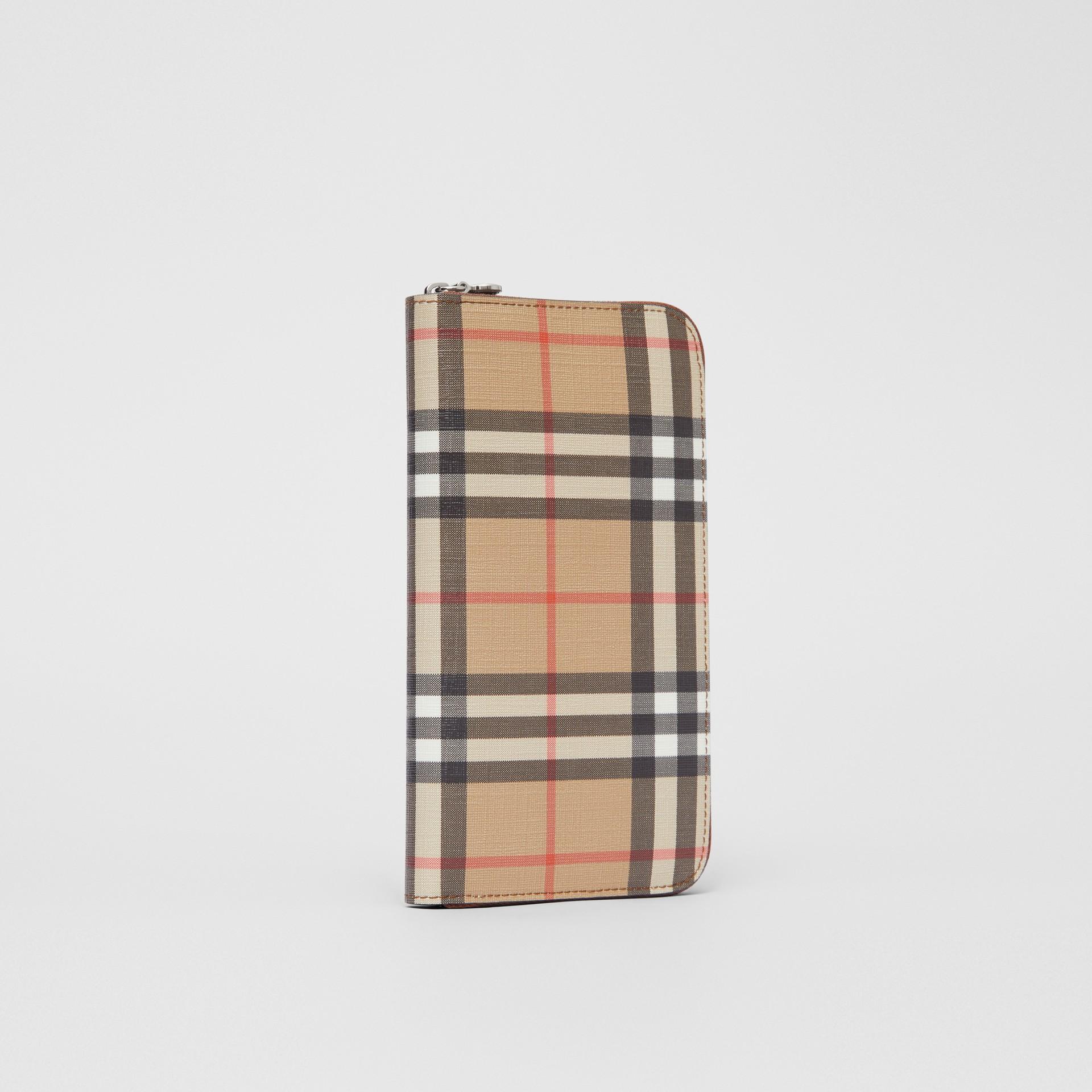 Portafoglio con cerniera in e-canvas con motivo Vintage check (Marrone Malto) - Donna | Burberry - immagine della galleria 3