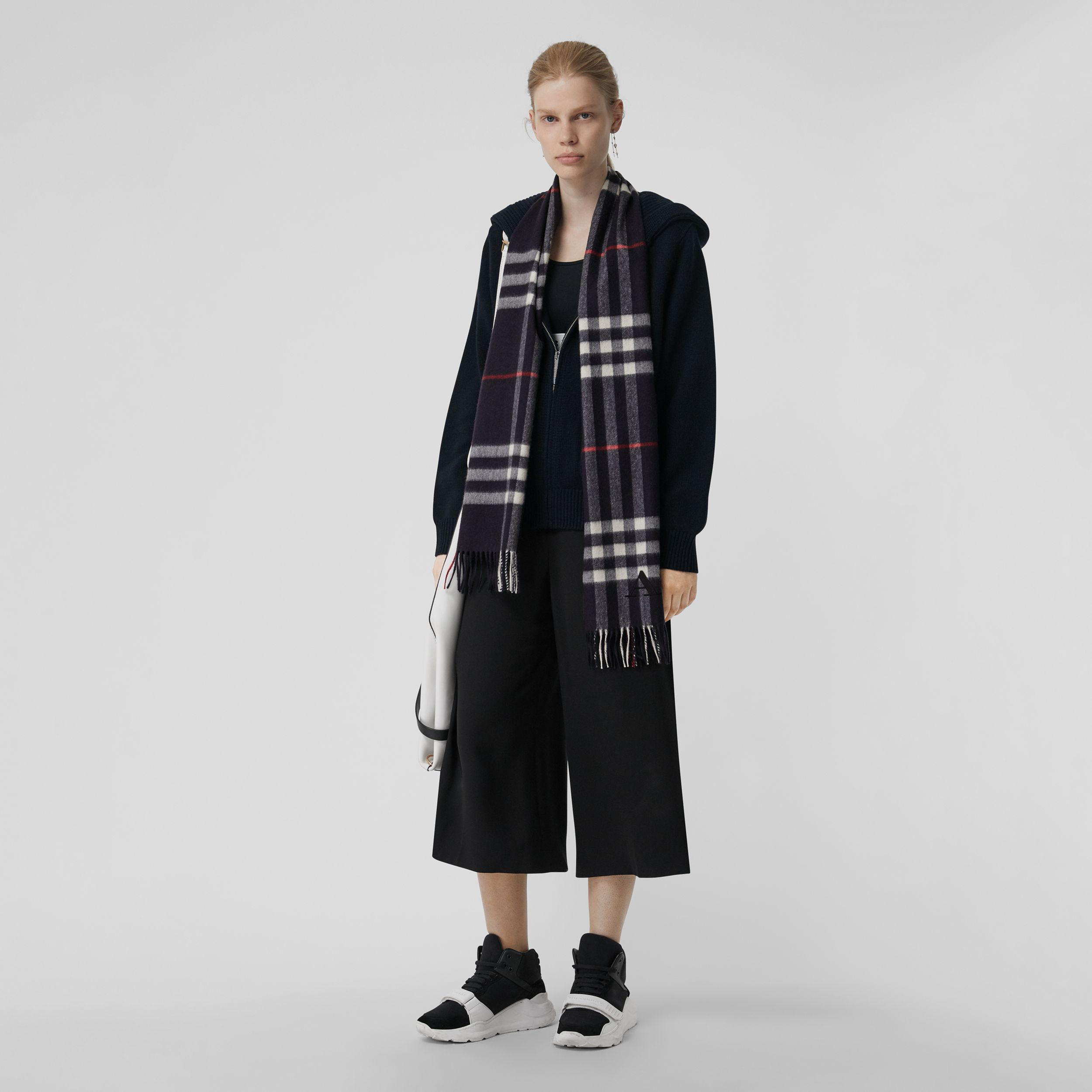 The Classic Check Cashmere Scarf in Navy | Burberry United Kingdom - 3