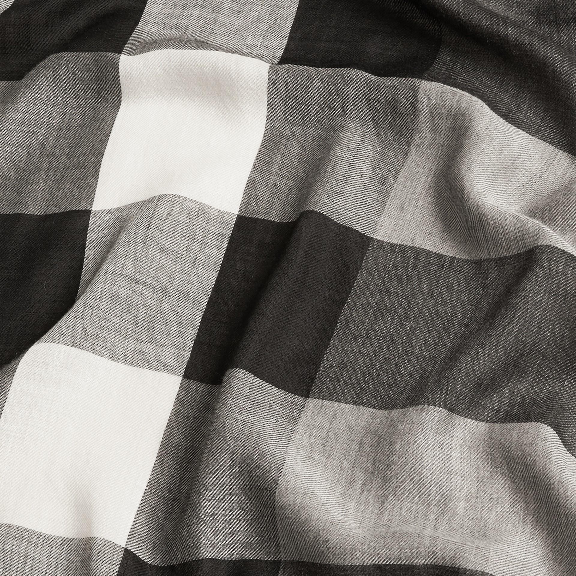 Gris moyen Écharpe légère en cachemire à motif check Gris Moyen - photo de la galerie 5