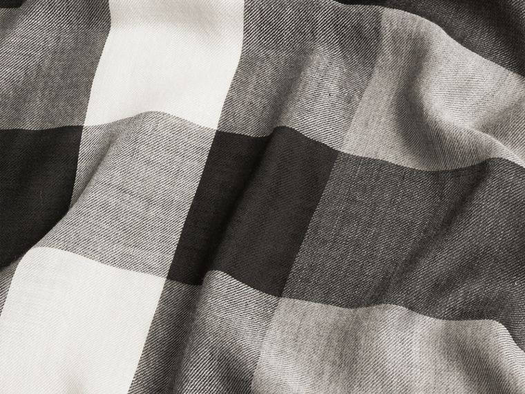 Mid grey The Lightweight Cashmere Scarf in Check Mid Grey - cell image 4