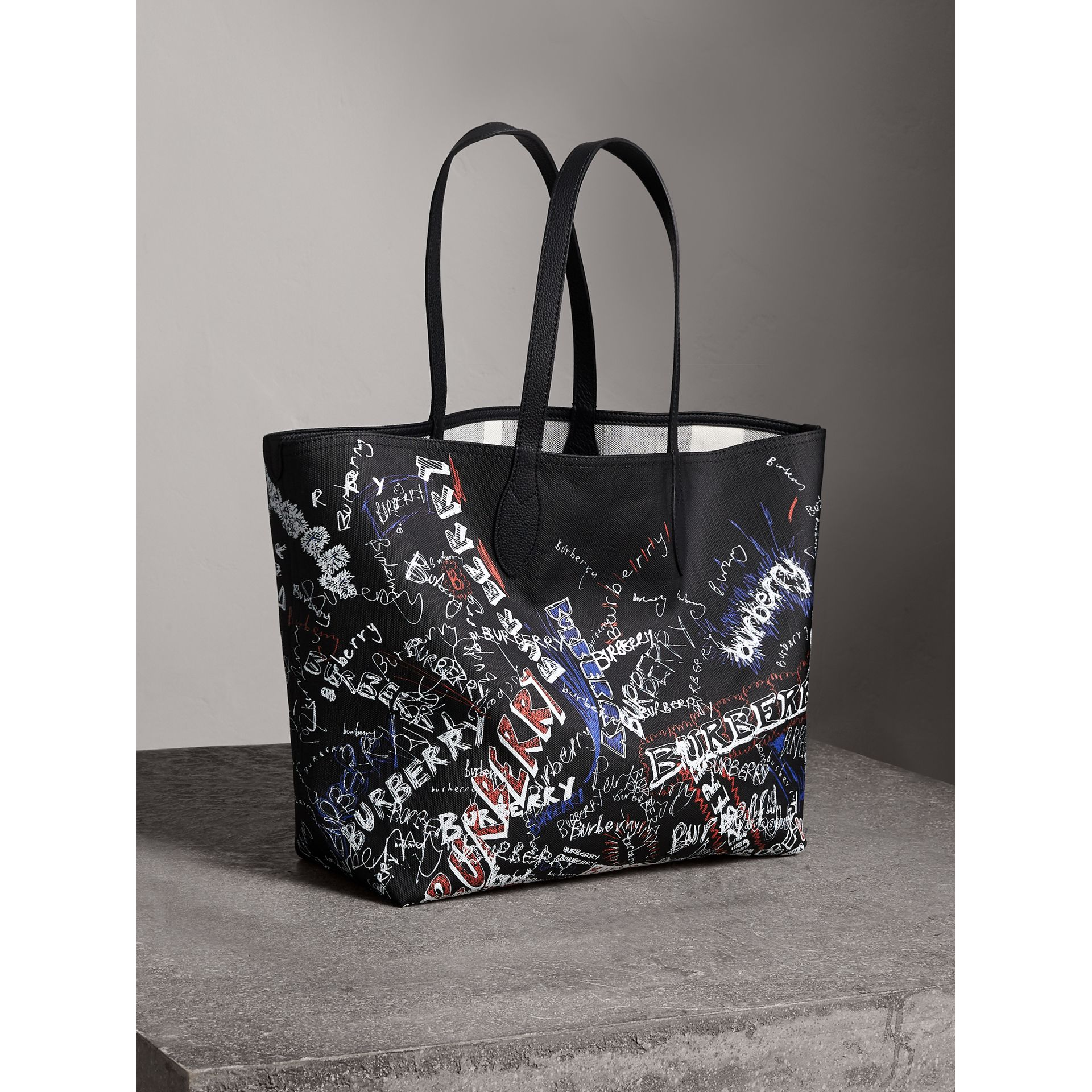 Grand sac tote Doodle réversible (Noir) | Burberry - photo de la galerie 8